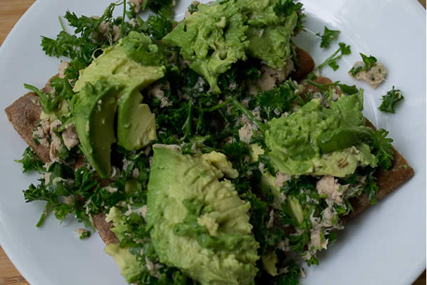 Avocado tuna parsley salad
